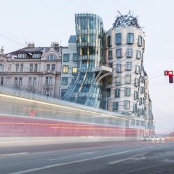 Tancujúci dom, Ginger a Fred, Praha