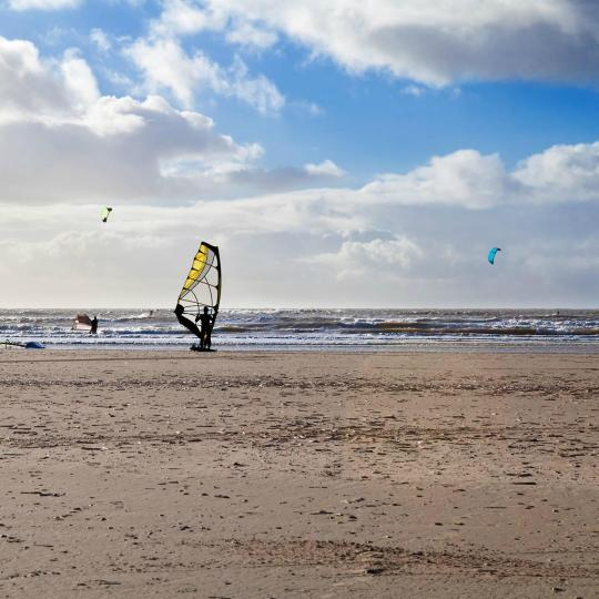 Kitesurfing at the cliff of Mirns