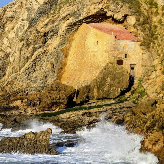 Cueva y ermita de Santa Justa en Suances