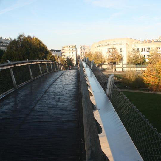 Voie de chemin de fer transformée en parc sur la Promenade Plantée