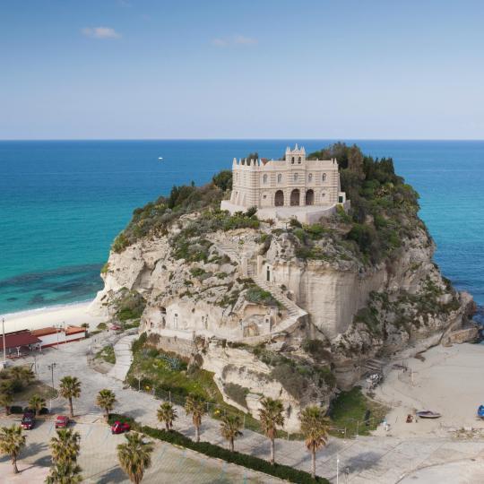 Erkunden Sie die felsigen Klippen von Tropea über dem Tyrrhenischen Meer