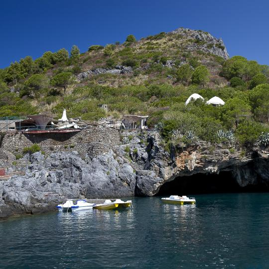Tolle Strände und Grotten der Insel Dino entdecken