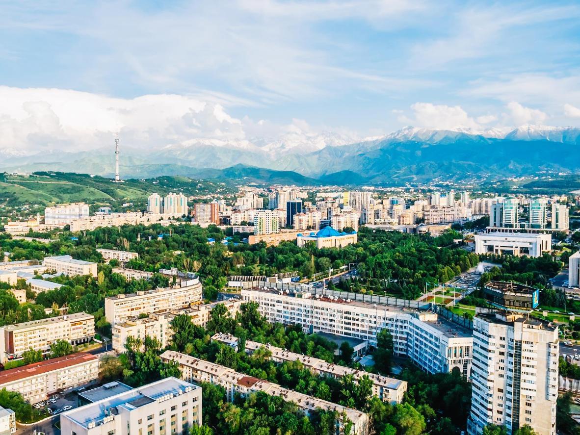 Der schneebedeckte Berg Transili-Alatau im Hintergrund von Almaty