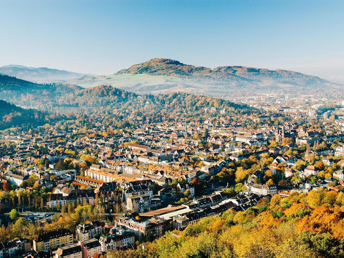 Breisgau liegt tief im Schwarzwald in Deutschland und inmitten sanfter Hügel und ruhiger Seen