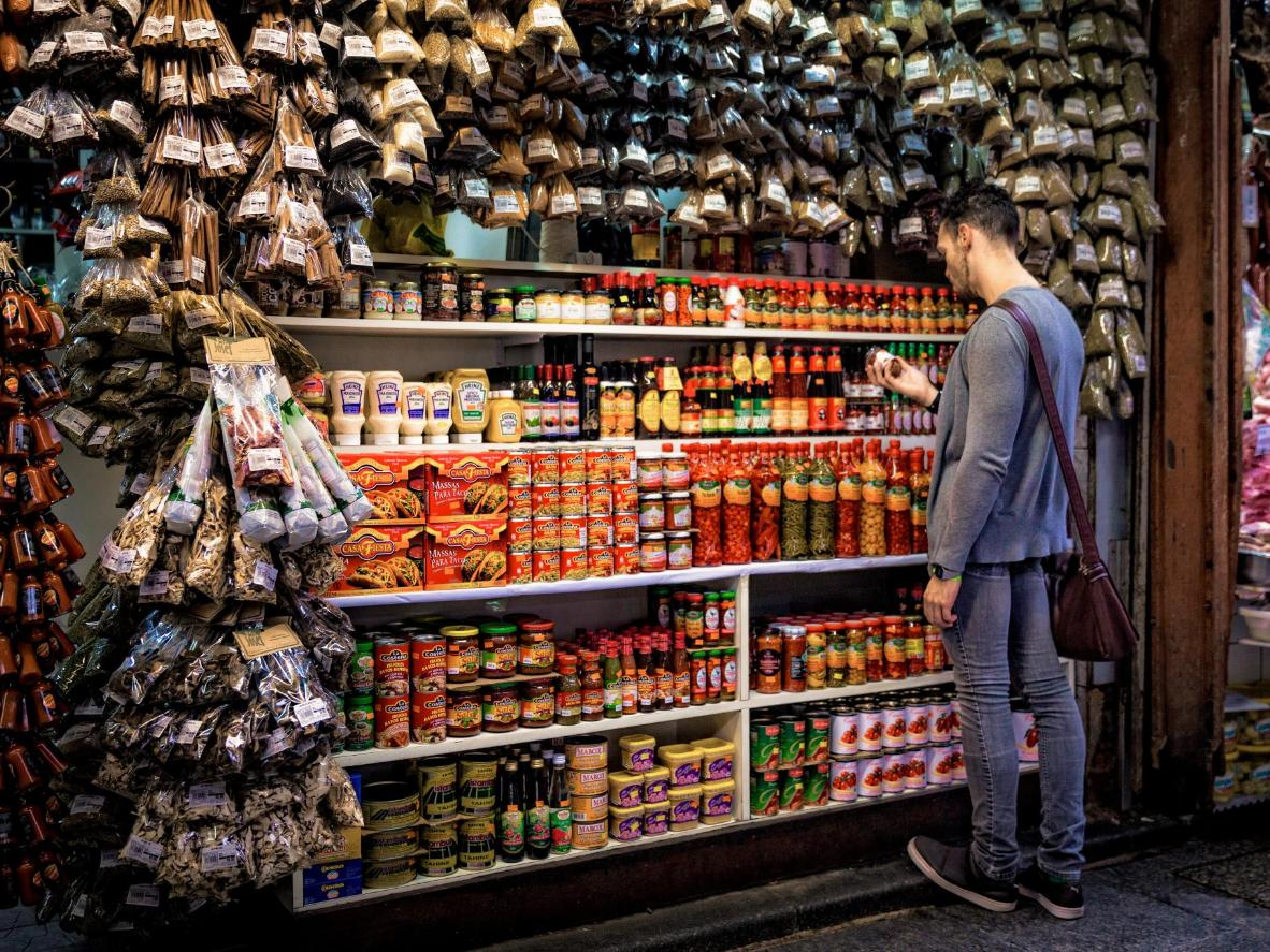 Buscando especias picantes en el mercado central de Belo Horizonte
