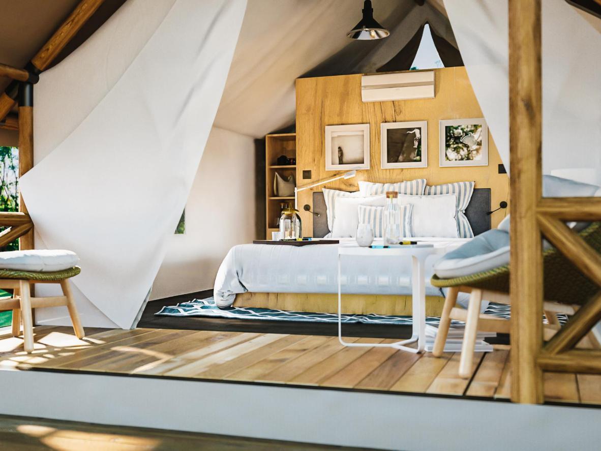 Ärka mugavas magamistoas, mis asub butiikstiilis Glamping Olimia Adria telgis