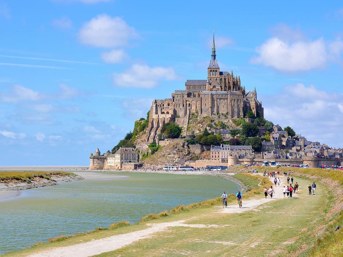Alun perin mantereelle rakennettu Mont-Saint-Michel on nykypäivänä vuorovesisaari