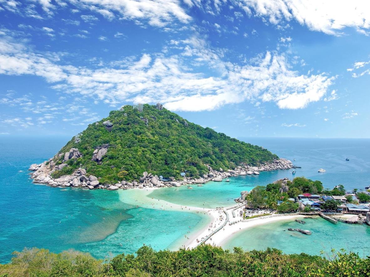 Semasa air surut, pulau kelihatan seperti sambungan dari Koh Tao