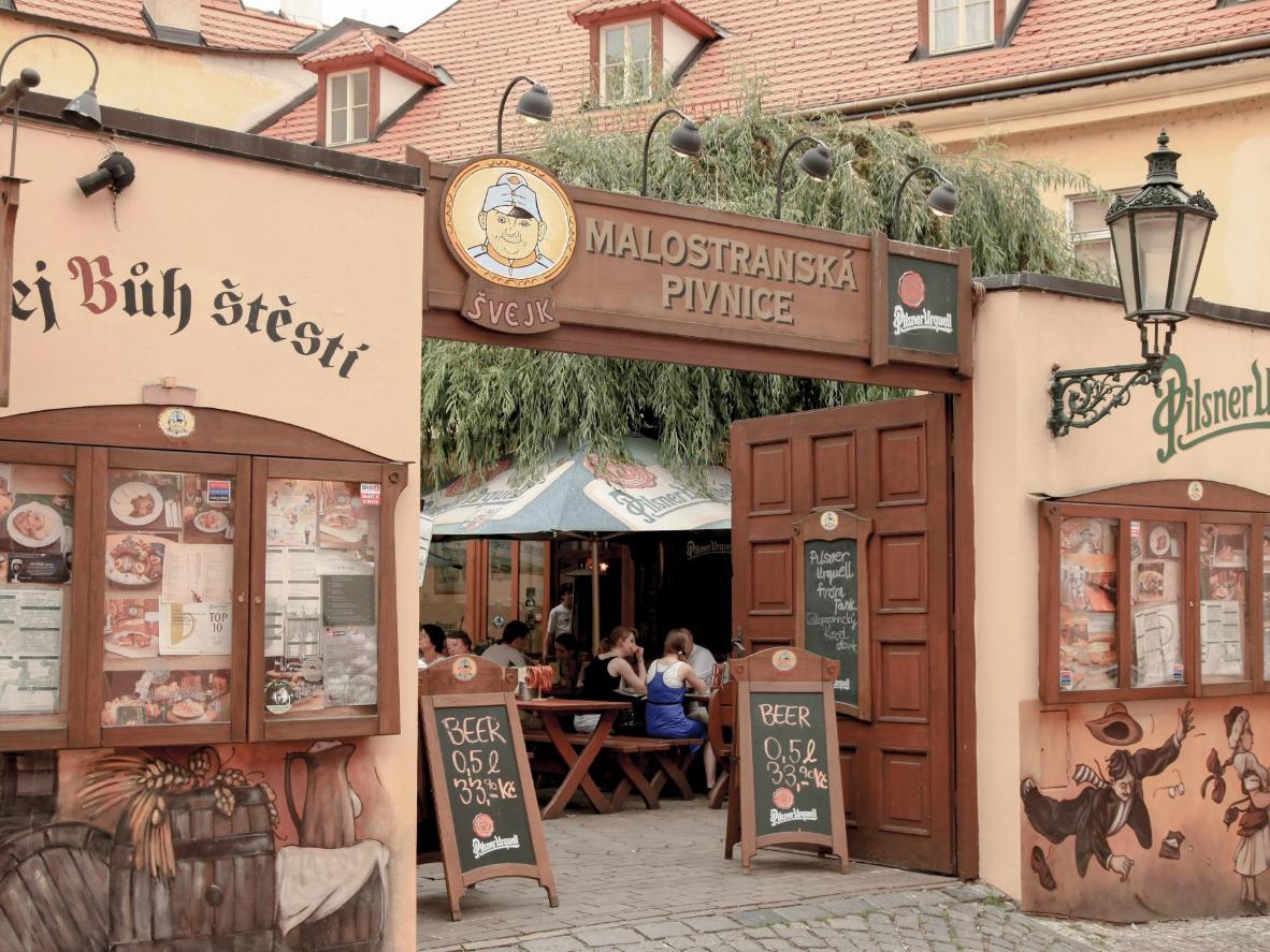 Der Biergarten Malostranská Pivnice mit typisch tschechischer Atmosphäre