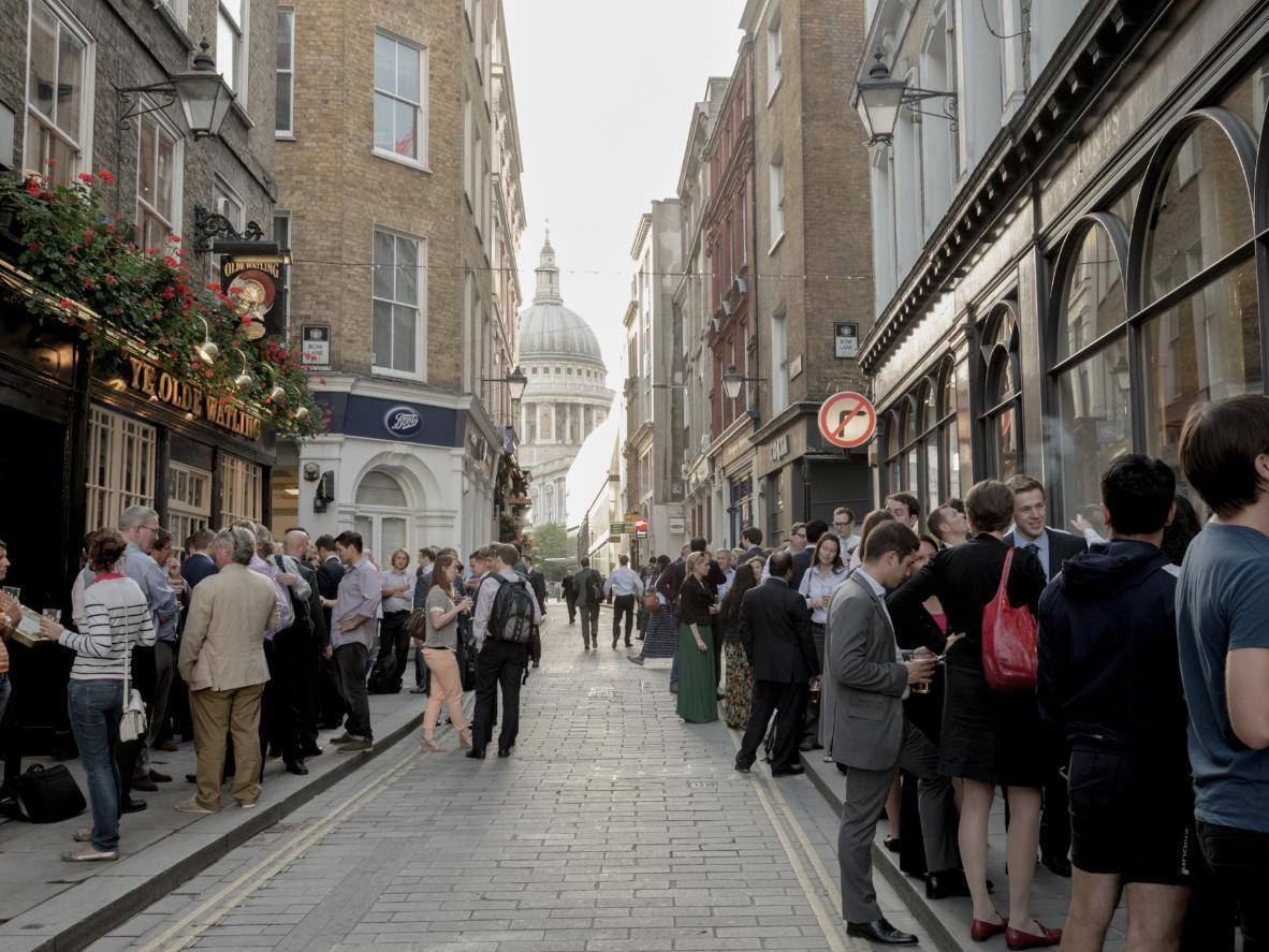 Pubgäste in den Straßen Londons vor der St Paul's Cathedral