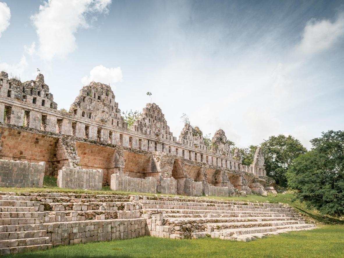 Las ruinas arquitectónicas de Uxmal están rodeadas de vegetación tropical