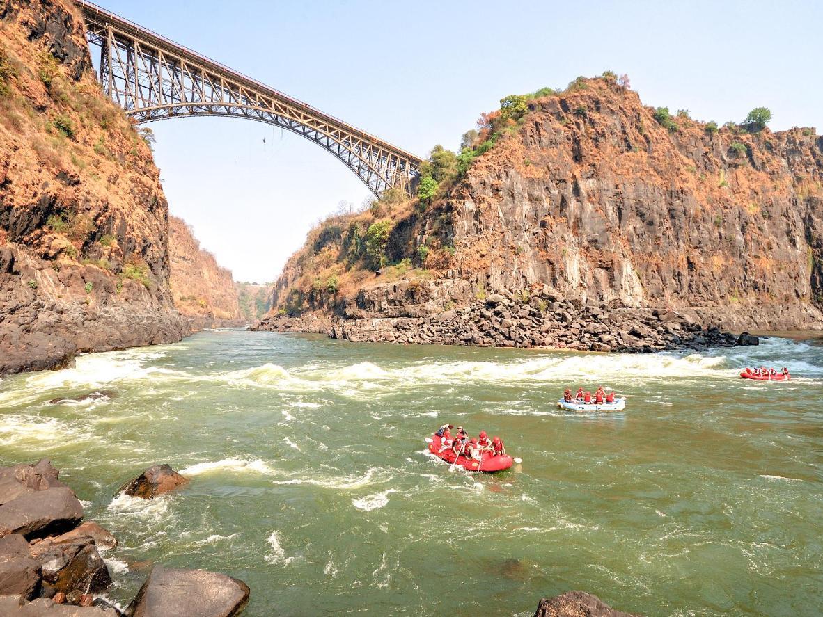 Прыгните с тарзанки с моста, соединяющего Замбию и Зимбабве, или займитесь рафтингом