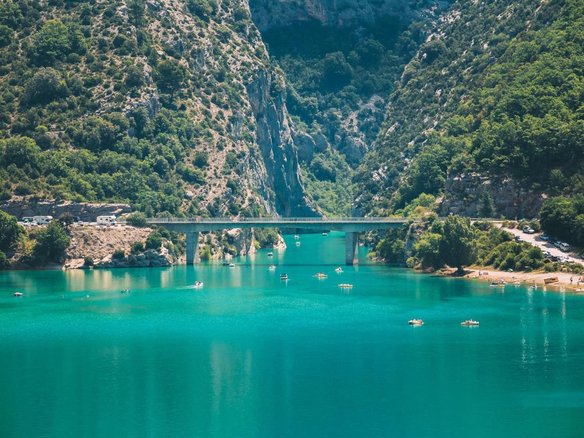 Eine Brücke über den Lac de Sainte-Croix im Südosten Frankreichs, an der Route Napoleon