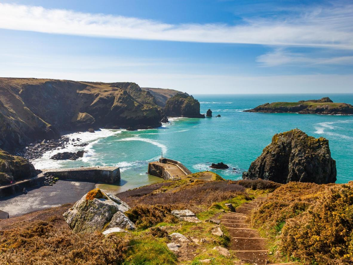 Pemandangan Mullion Cove di Cornish Lizard Peninsula