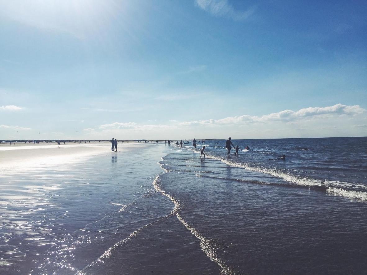 Maak een lange strandwandeling over het goudkleurige Brancaster Beach