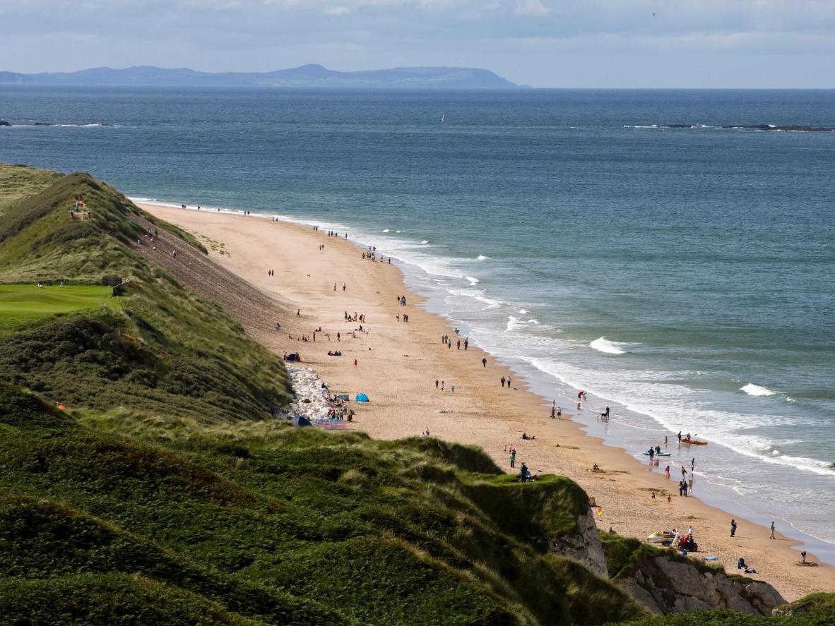 Ontdek grotten en rotsformaties op dit prachtige Noord-Ierse strand