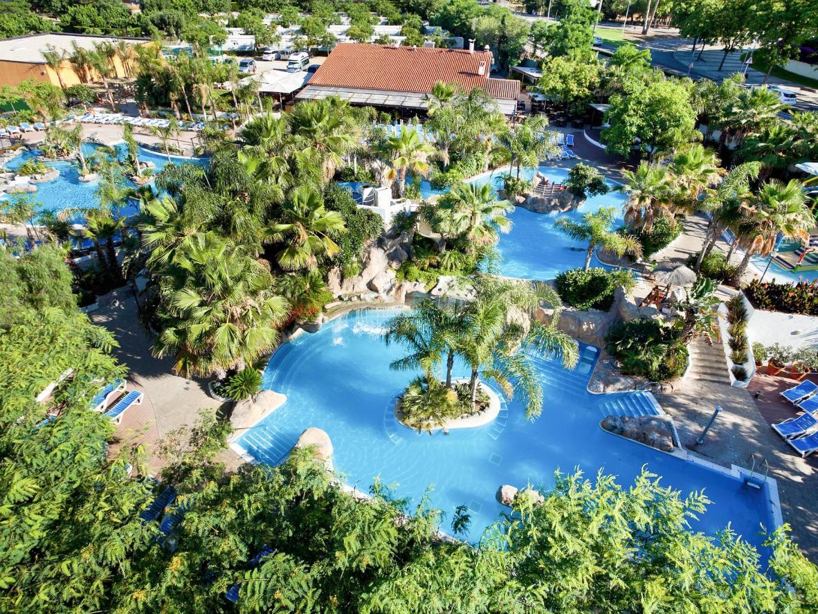 La Siesta Salou Resort & Campingus saad valida nelja palmidega ümbritsetud välibasseini seast
