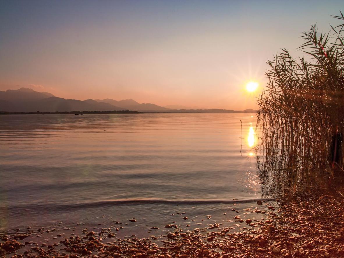 Bleiben Sie bis zum Sonnenuntergang und genießen den Blick auf das Meer und die nebligen Berge