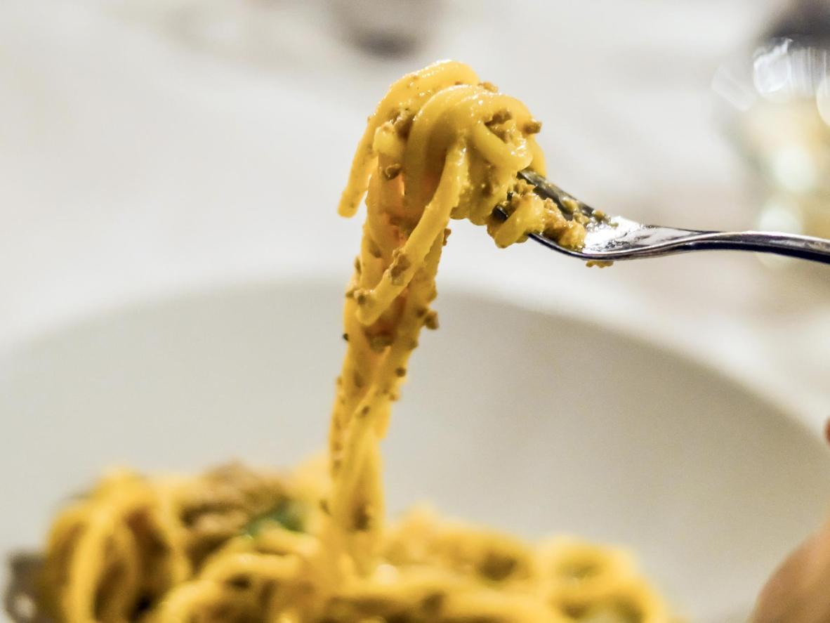 Enroulez vos bigoli autour de votre fourchette et dégustez-les avec du canard