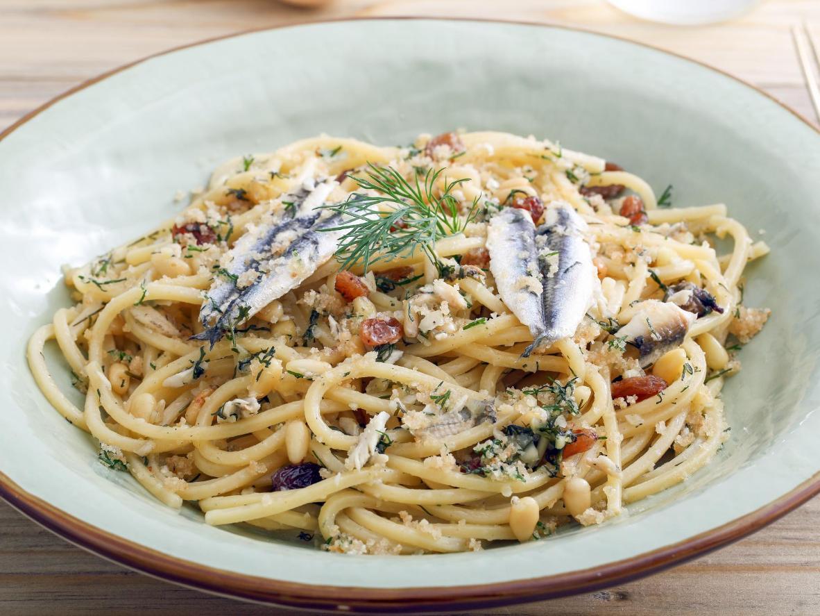 Un équilibre idéal entre les sardines salées et les raisins secs sucrés