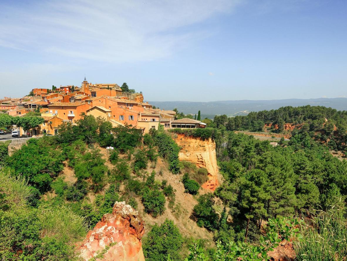 Roussillon, con sus casas de color melocotón, está situada en el maravilloso Parque Nacional Regional del Luberon