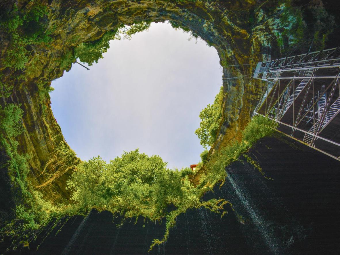 El cañón de 103 metros de profundidad de Gouffre de Padirac, no muy lejos de Tour-de-Faure