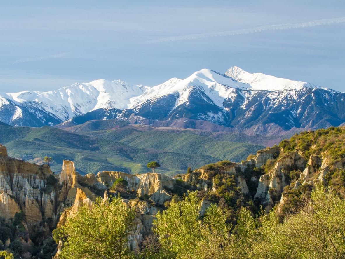 Los picos nevados de los Pirineos dominan la pequeña ciudad de Amélie-les-Bains-Palalda