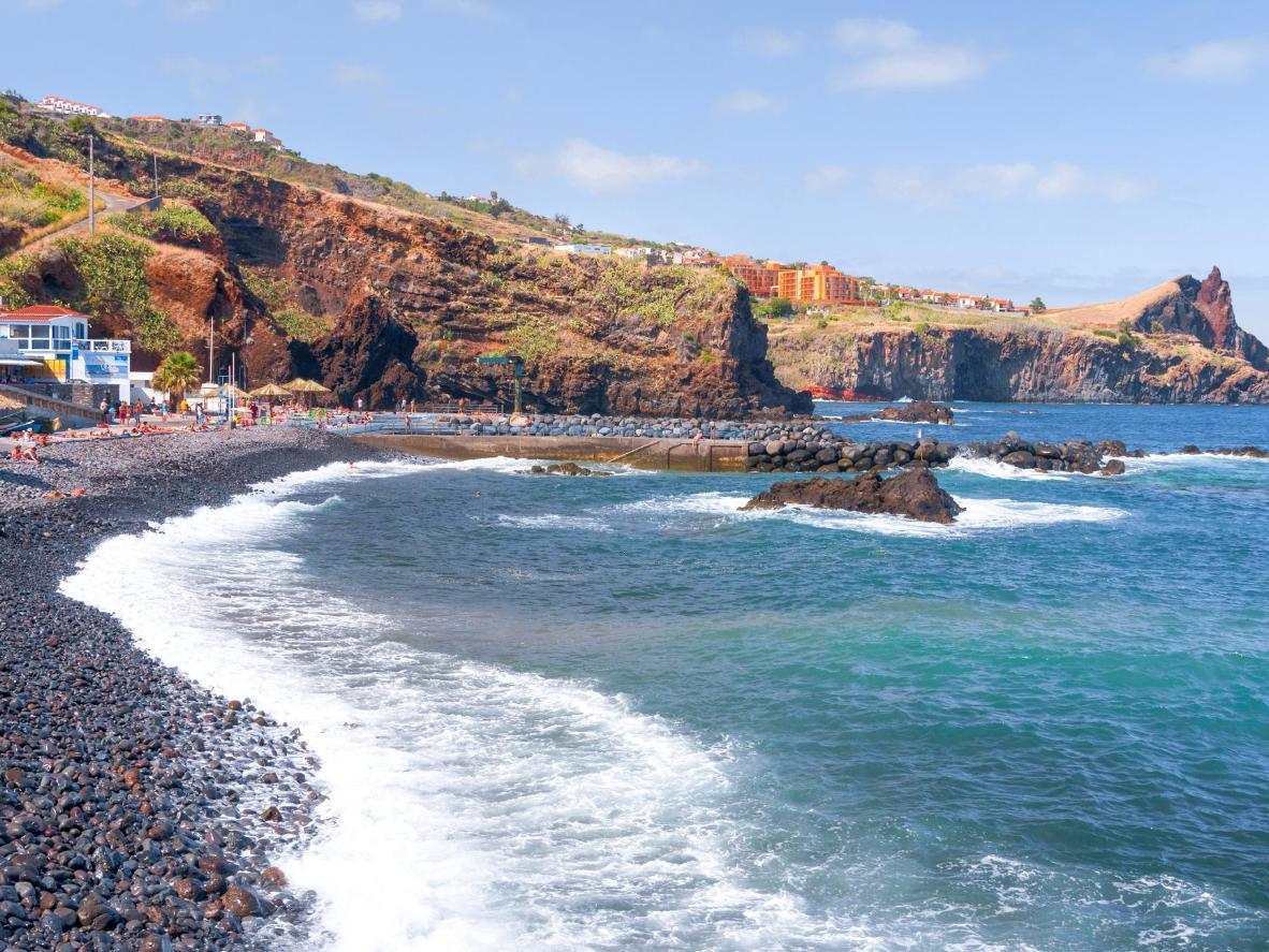 In Funchal türmen sich die Steine im kristallklaren Wasser