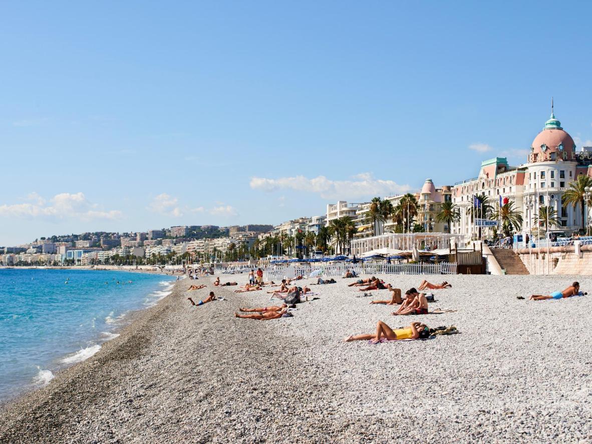 Der Kiesstrand entlang der Promenade des Anglais ist die Perfektion schlechthin