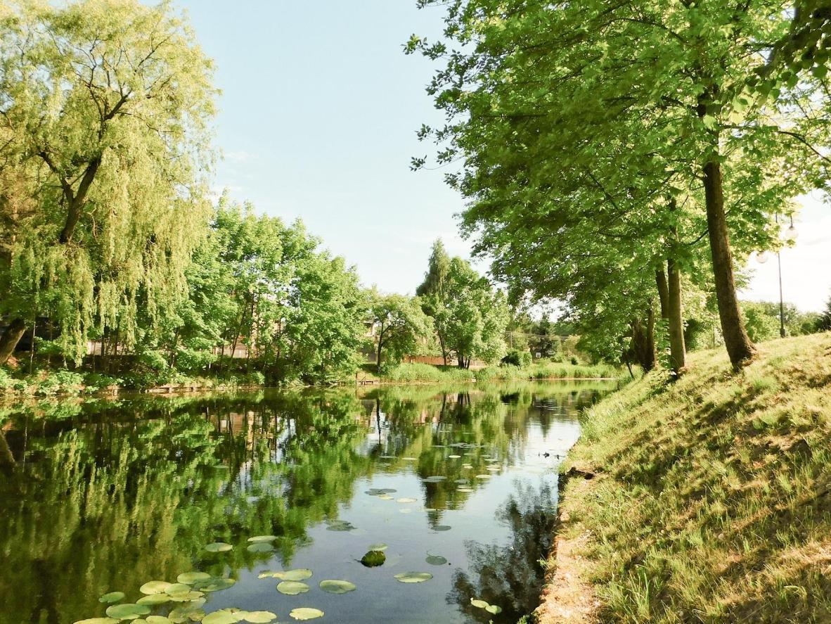 Udaj się na spływ kajakowy wijącymi się kanałami