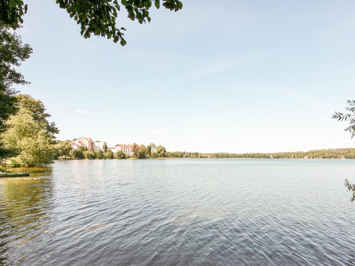 Wybierz się na spacer brzegiem jeziora, wśród licznych drzew i deptaków