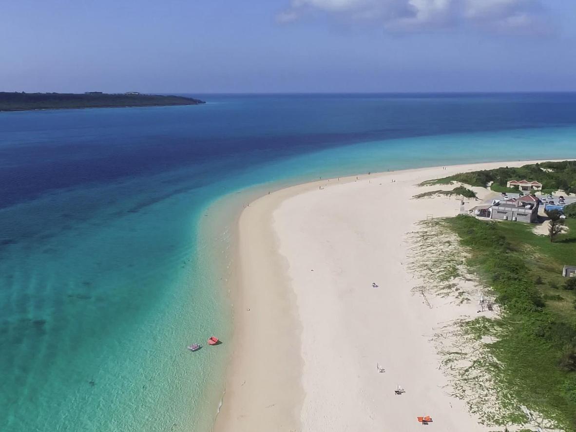 Yonaha Maehama rand on 7 km pikkune valge liivariba taevasinise vee ääres