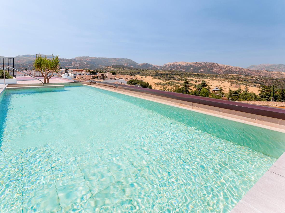 Disfruta de las sensacionales vistas desde la piscina de la azotea del Catalonia Ronda