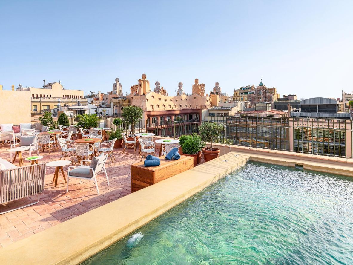 Disfruta de las vistas a la Casa Milà (La Pedrera) de Gaudí desde la terraza de la azotea del H10 Casa Mimosa