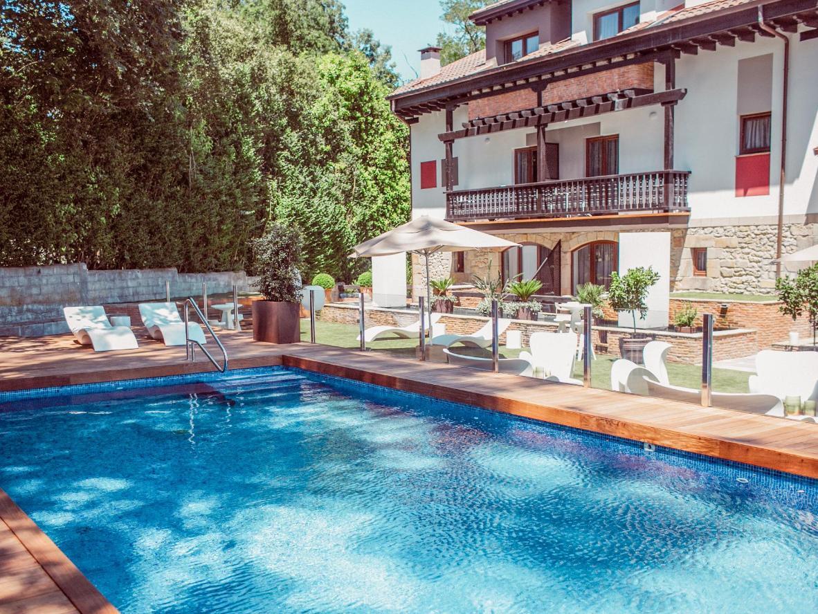 Toda la familia puede relajarse tomando el fresco en el bonito jardín del Hotel Cuevas