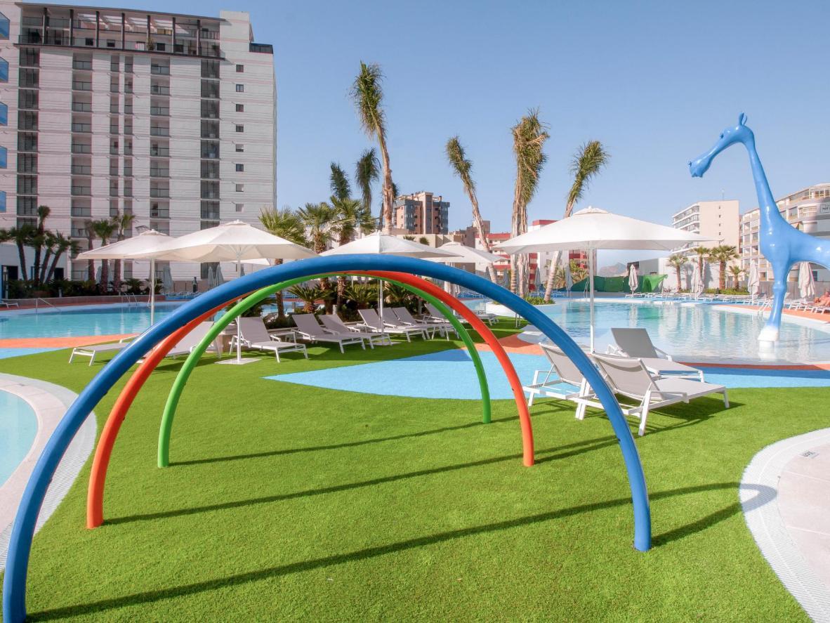 Los niños pueden pasar el día tirándose por los toboganes y chapoteando en las piscinas al aire libre del Suitopía