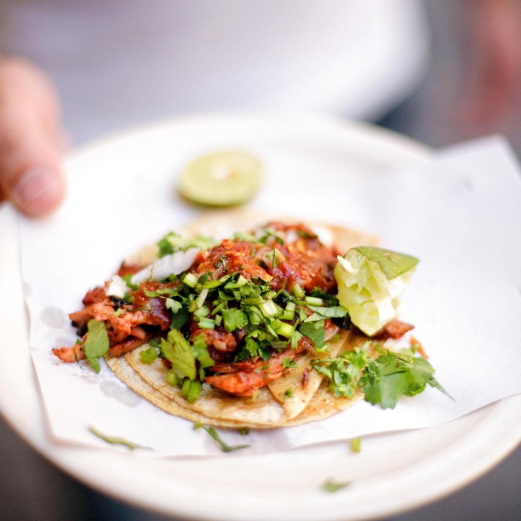 Prepárate para unas deliciosas carnitas de cerdo con cebolleta y cilantro