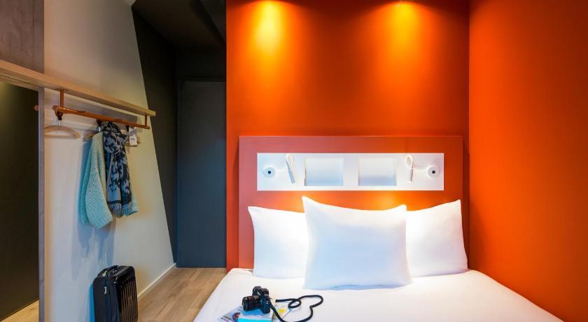 Vue de la chambre d'hotel lumineuse