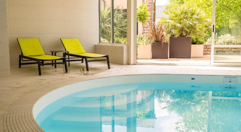 Vue de la piscine couverte de l'hôtel