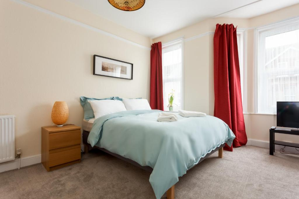 Апартаменты/квартира  Stylish Town Centre Apartment Close to Beach and Shops  - отзывы Booking