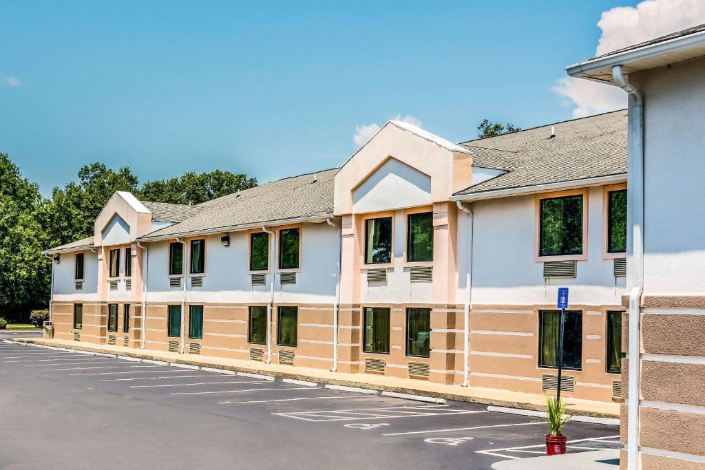 Отель  Quality Inn Sandersville  - отзывы Booking