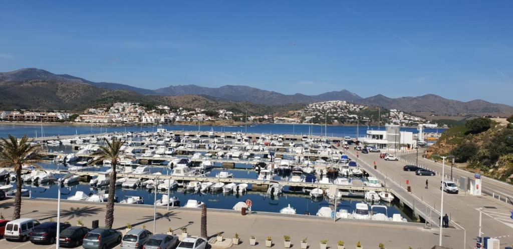 Апартаменты/квартиры  port de llança , LA Miranda  - отзывы Booking