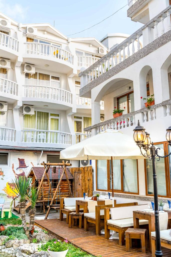 Отель  hotel Yanis  - отзывы Booking