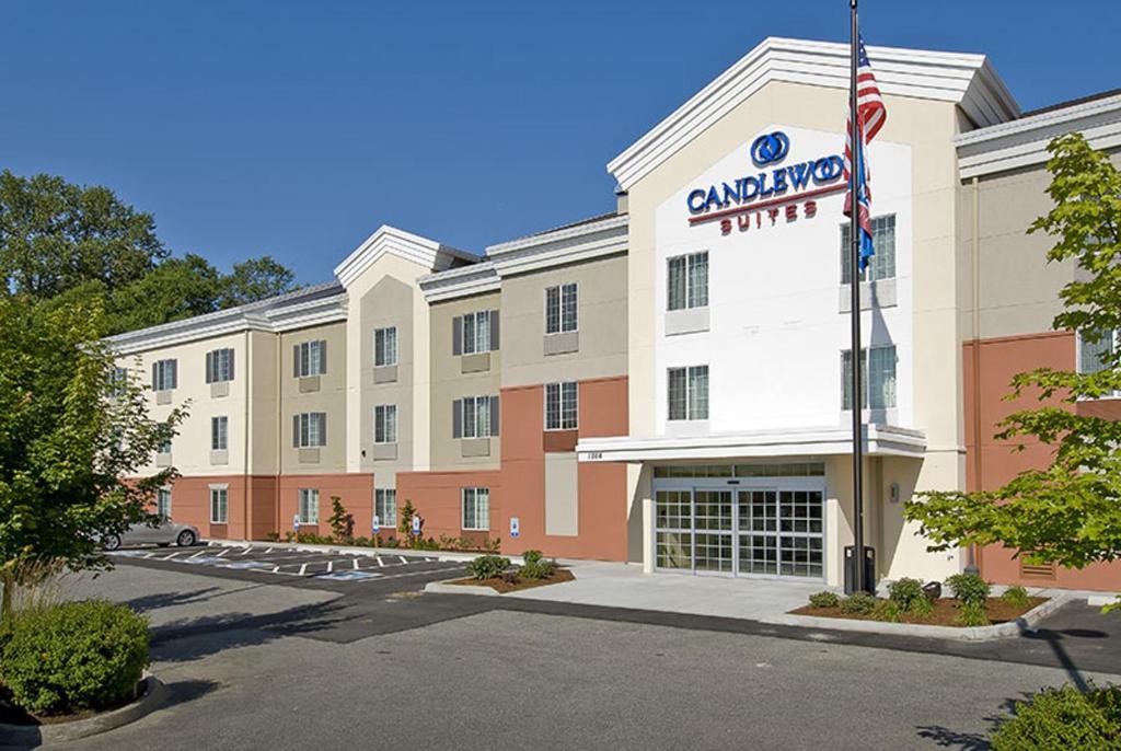 Отель  Отель  Candlewood Suites Burlington, An IHG Hotel