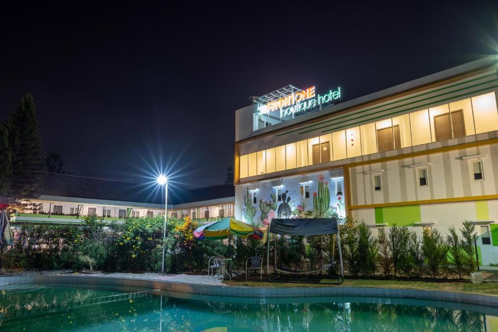 Отель  Three Eight Front One Boutique Batu Malang  - отзывы Booking