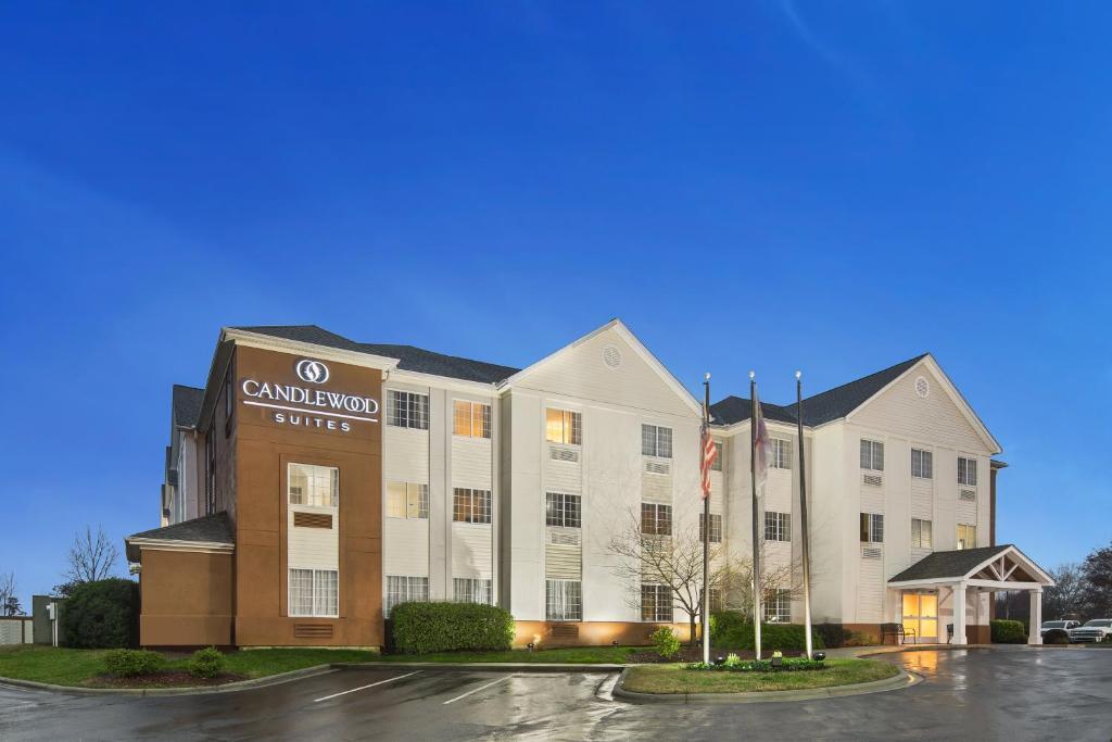 Отель  Отель  Candlewood Suites - Charlotte - Arrowood, An IHG Hotel