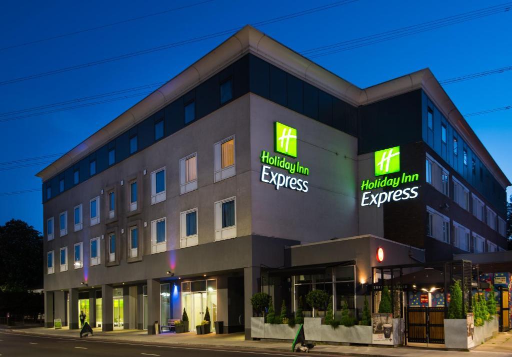 Отель  Отель  Holiday Inn Express London-Wimbledon-South, An IHG Hotel