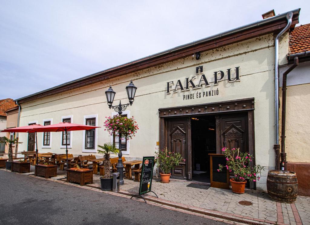 Отель типа «постель и завтрак»  Fakapu Pince és Panzió  - отзывы Booking