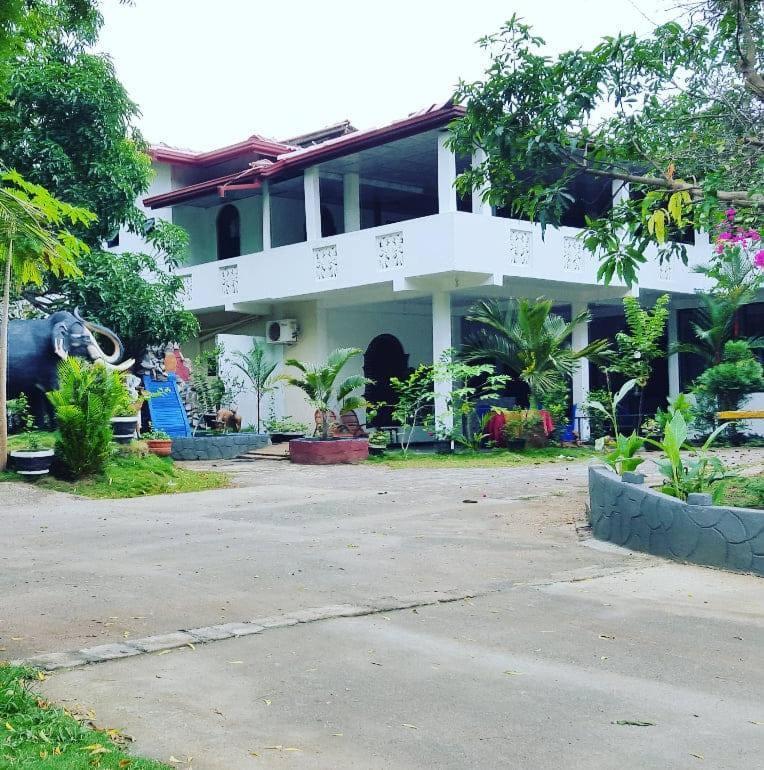 Отель Tharuka Rest Inn Hotel - отзывы Booking