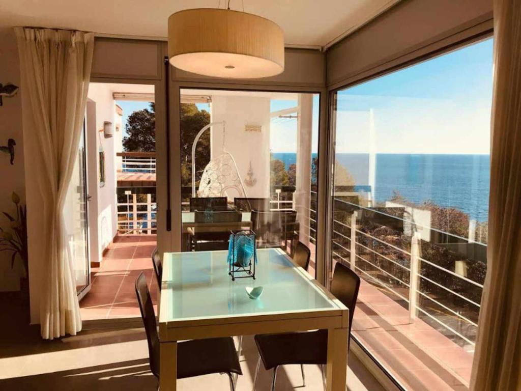 Апартаменты/квартира Apartamento Cala Salionç Playa frente a la playa y encima del Mar - отзывы Booking